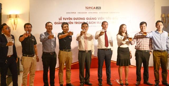 Ông Trần Đình Châu và đại diện Ban lãnh đạo TOPICA nâng ly chúc mừng các Giảng viên