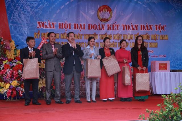 Ủy viên Bộ Chính trị Nguyễn Văn Bình tặng quà cho 5 gia đình văn hóa