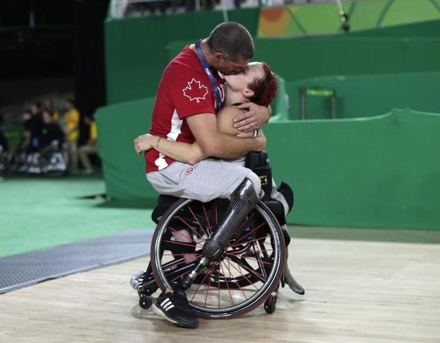 Vận động viên đội tuyển bóng rổ dành cho người khuyết tật Canada, Adam Lancia, ôm hôn vợ mình sau trận đấu với đội tuyển Trung Quốc tại Thế vận hội dành cho người khuyết tật Rio Paralympics ở Brazil. (Ảnh: Reuters)