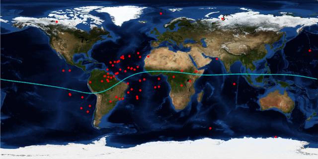 Các chấm đỏ trên bản đồ chỉ ra nơi các vệ tinh Swarm-C bị mất kết nối GPS của nó khi ra mắt giữa tháng 11/ 2013 và tháng Ba năm 2015. Những mất mát trong tín hiệu theo dõi đã giảm đến xích đạo plasma bong bóng. Các đường màu xanh biểu thị đường xích đạo địa từ.