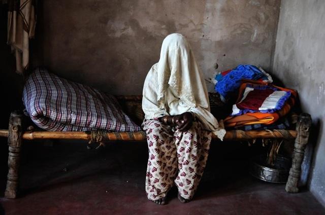 Nạn nhân cho biết mình bị cưỡng hiếp tập thể còn gia đình thì đã bị giết chết.