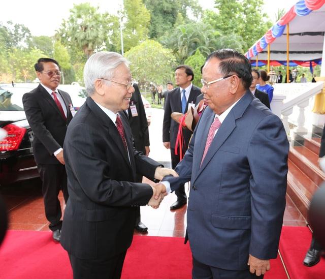Tổng Bí thư, Chủ tịch nước Lào Bounhang Volachith đón Tổng Bí thư Nguyễn Phú Trọng. Ảnh: Trí Dũng– TTXVN