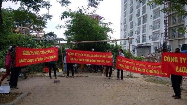 Giăng băng rôn đòi tiền trước công ty Việt Thái