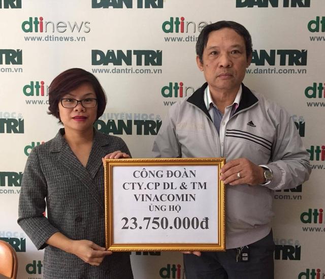 Đại diện Công ty CP DL&TM Vinacomin (trái) trao số tiền 23.750.000 đồng do cán bộ nhân viên đóng góp đến ông Phạm Huy Thân, Chánh VP báo Dân trí