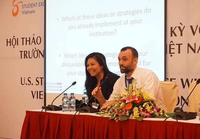 Ông Jonathan Lembright và bà Anne Talavera chia sẻ về kinh nghiệm, chiến lược để thúc đẩy sinh viên Mỹ sang Việt Nam học tập qua các chương trình trao đổi sinh viên.