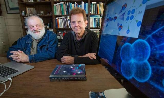 James Vary (bên trái) và Andrey Shirokov (đồng tác giả) cùng với thí dụ minh họa về tetraneutron. Nguồn ảnh : Christopher Gannon/Đại học Iowa State