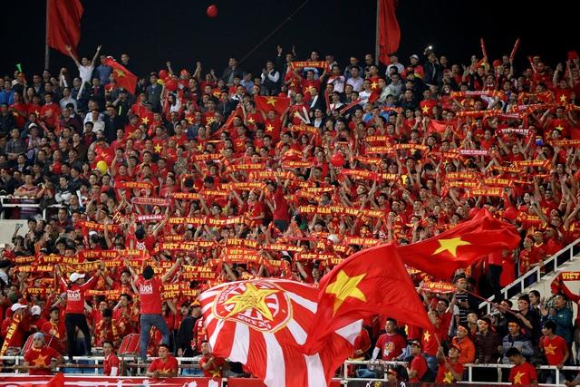 Người hâm mộ Việt Nam phải rất khó khăn để có vé vào sân - Ảnh: Gia Hưng