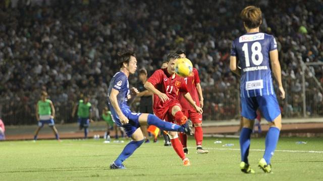 Các cầu thủ đội khách theo khá chặt Thành Lương