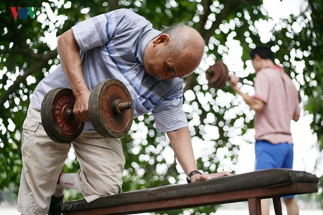 Khoảng 3-4 năm trở lại đây, ông Côn - hiện 76 tuổi nhà ở khu phố cổ gần hồ Hoàn Kiếm thường xuyên tham gia tập thể hình cùng CLB thể hình ven hồ.