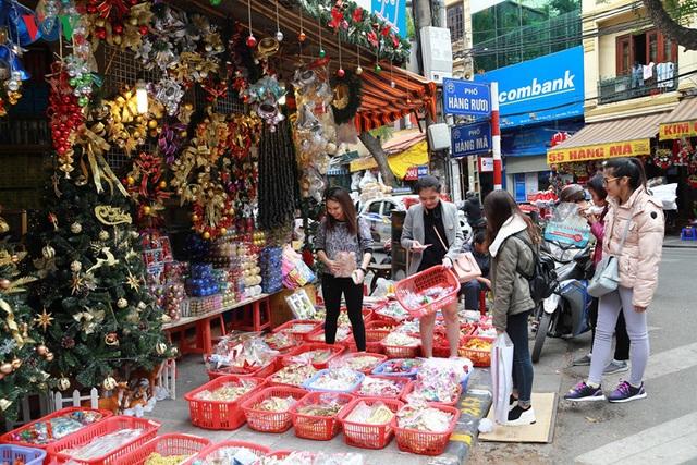 Hàng Mã là nơi được nhiều người lựa chọn mua sắm đồ trang trí.