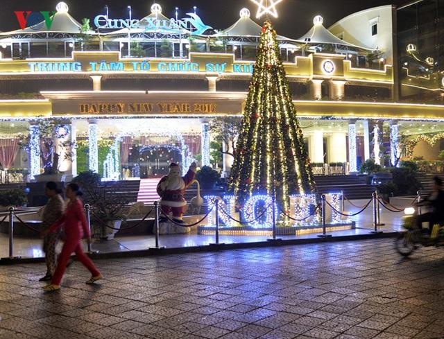 Nơi vui chơi giải trí công cộng cũng đã bắt đầu xuất hiện những biểu tượng đặc trưng của Lễ Giáng Sinh và Năm mới 2017.