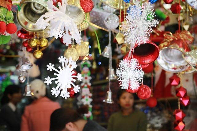 Còn hơn 20 ngày nữa, Giáng Sinh và Năm mới 2017 mới đến nhưng khắp các con phố sầm uất ở Hà Nội đã rực rỡ đèn hoa, hàng hóa trang trí cho dịp lễ cuối năm.