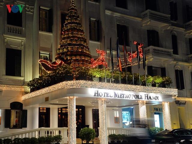 Cây thông và đoàn tuần lộc kéo quà của khách sạn Metropole, Hà Nội.