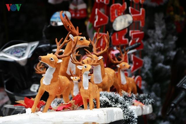 Bên cạnh đó là những chú tuần lộc, vật nuôi kéo xe của Ông già Noel.