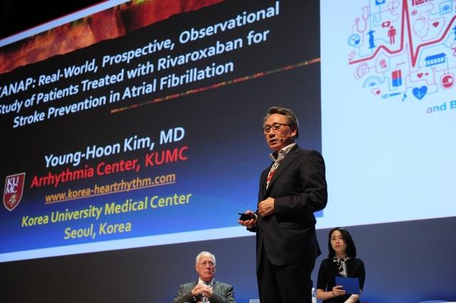 Người đứng đầu nghiên cứu XANAP, Giáo sư Young-Hoon Kim, Đại học Y khoa Hàn Quốc, Seoul, Hàn Quốc trình bày kết quả nghiên cứu tại Hội thảo Khoa học của Hội Nhịp tim châu Á Thái Bình Dương lầnthứ 9