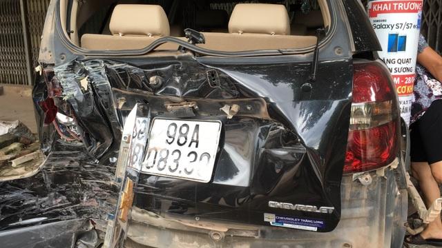 Xe ô tô 7 chỗ hư hỏng nặng.