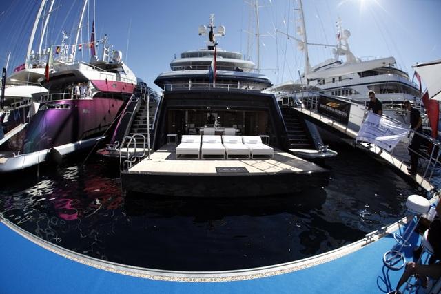 Giá du thuyền tuỳ theo chiều dài của nó, nhưng các nhà sản xuất hiện nay không đưa mức giá bán cố định bởi giá thành còn tuỳ thuộc vào yêu cầu thay đổi mọi chi tiết trên chiếc du thuyền. Những chiếc du thuyền sang chảnh tại Monaco Yacht Show có giá từ 1 triệu USD/m2, tức tổng giá thành có thể lên tới 78 triệu USD.