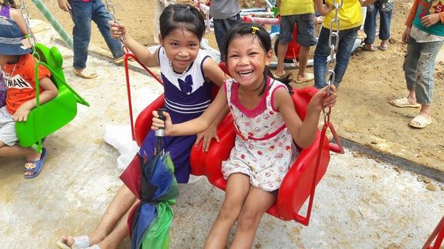Niềm vui thơ ngây của các em học sinh bên những đồ chơi xích đu, cầu trượt, thú nhún...