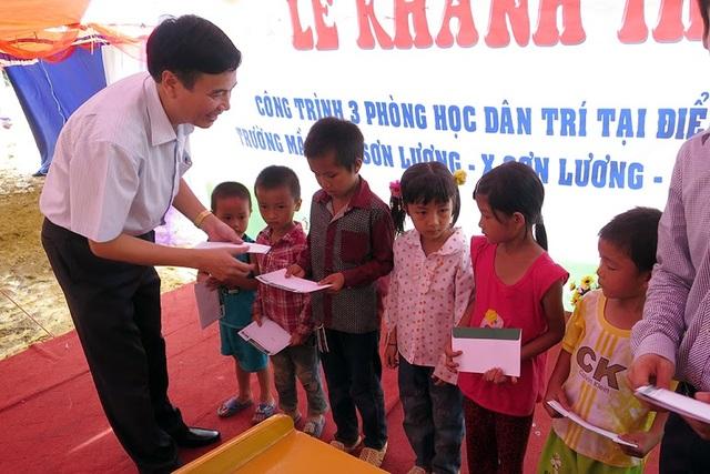 Ông Hồ Đức Hợp, Chủ tịch UBND huyện Văn Chấn trao các suất học bổng dành cho các em học sinh nghèo trên địa bàn xã Sơn Lương