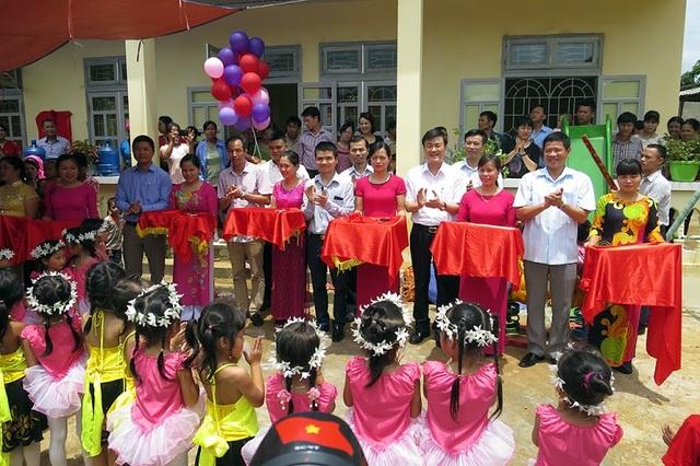 Các đại biểu cùng cắt băng khánh thành và đưa vào sử dụng công trình 3 phòng học Dân trí tại trường mầm non Sơn Lương (Văn Chấn, Yên Bái)