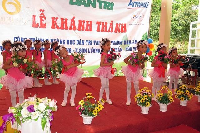 Tiết mục biểu diễn của các em học sinh trường mầm non Sơn Lương chào mừng ngày hội khánh thành 3 phòng học Dân trí