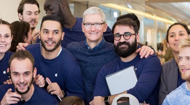 Tim Cook bí mật tới thăm Apple Store ở Pháp - 1