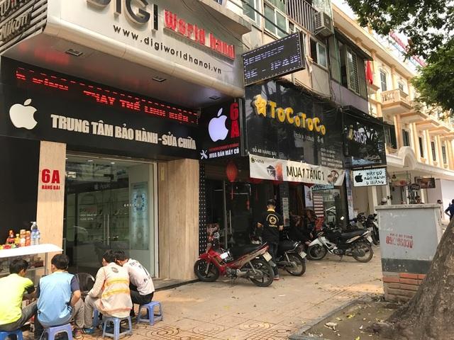 Nhiều cửa hàng vẫn trưng biển hiệu có logo quả táo cắn dở tại phố Hàng Bài.