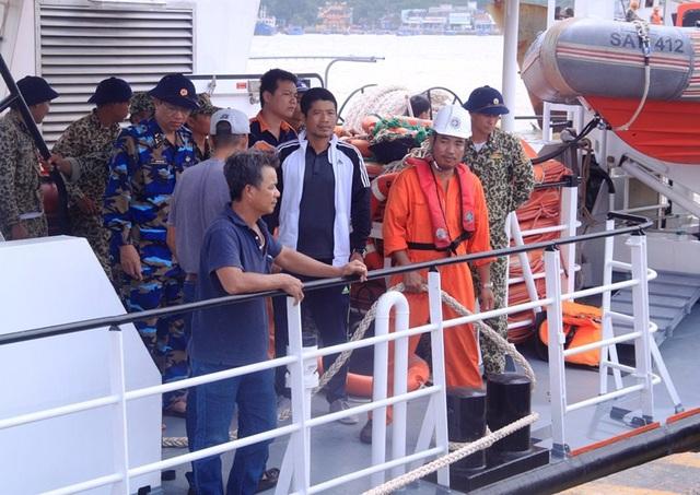 Sau khi ra khu vực tàu bị chìm, các thợ lặn đành phải quay lại bờ vì thời tiết xấu không tiếp cận hiện trường