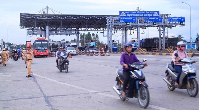 Gần 18h cùng ngày, giao thông qua trạm mới hoạt động bình thường.