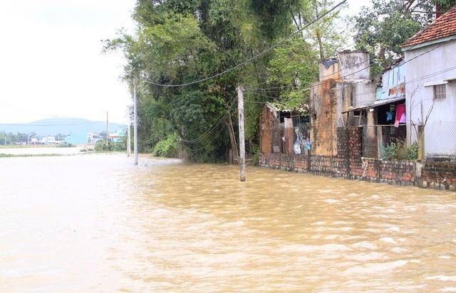 Đến chiều ngày 5/12, toàn tỉnh Bình Định vẫn còn gần 3.000 nhà dân ngập nước, nhiều khu vực giao thông đi lại khó khăn.