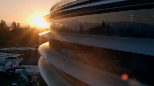 Cảnh nhìn từ bên ngoài trụ sở Apple Park.