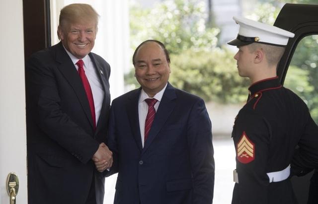Hai nhà lãnh đạo Việt Nam và Mỹ bắt tay bên ngoài Nhà Trắng trước khi di chuyển vào bên trong. (Ảnh: AFP)