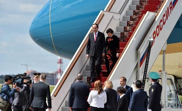 Chủ tịch nước và phu nhân bước xuống sân bay Vnucovo trong sự chờ đón của mọi người (Ảnh: AFP)