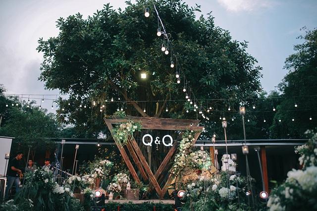 Đám cưới ngoài trời mang phong cách phương Tây, đang là xu hướng được nhiều bạn trẻ yêu thích. Tuy vậy, đám cưới cầu kỳ này có chi phí tổ chức không hề rẻ.