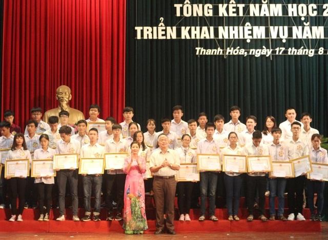 Lãnh đạo Sở GD-ĐT và Hội khuyến học tỉnh Thanh Hóa tặng Bằng khen và trao thưởng cho các học sinh đạt thành tích cao trong kỳ THPT Quốc gia năm 2017