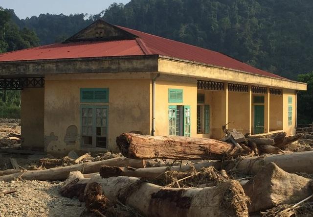 """Cảnh tượng hoang tàn sau cơn lũ, hàng trăm mét khối đất, đá, cây gỗ lớn nhỏ nằm ngổn ngang, """"bao vây"""" điểm trường."""