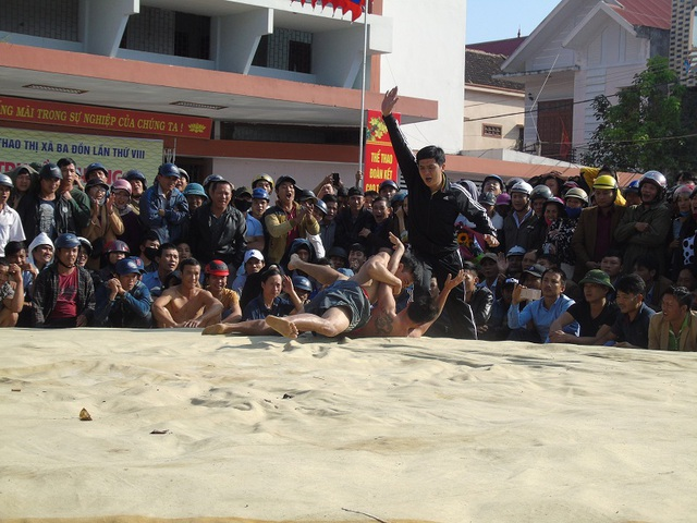 Quảng Bình: Gay cấn lễ hội vật truyền thống đầu xuân Đinh Dậu - 9
