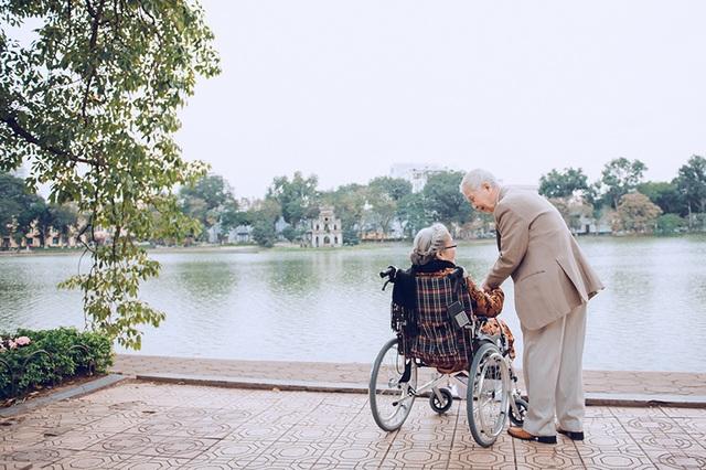 Ngày nào hai ông bà thường ra Hồ Gươm đi dạo, ngắm bình minh cùng nhau.