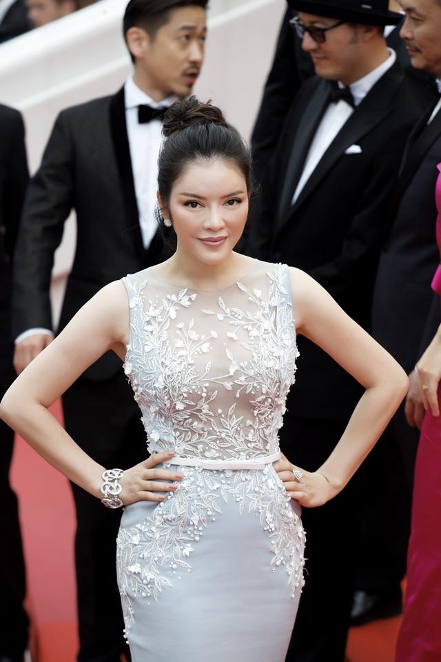Siêu mẫu diện váy xuyên thấu tại Cannes - 10