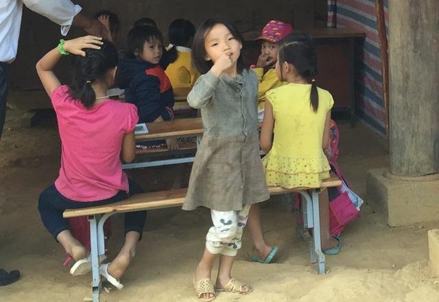 Cơn lũ quét qua, trẻ em nơi đây không còn trường để học, các em phải học tạm dưới gầm nhà sàn. Các em mong muốn có một phòng học mới ở nơi cao ráo hơn và không còn phải sợ mỗi khi mưa lũ về.