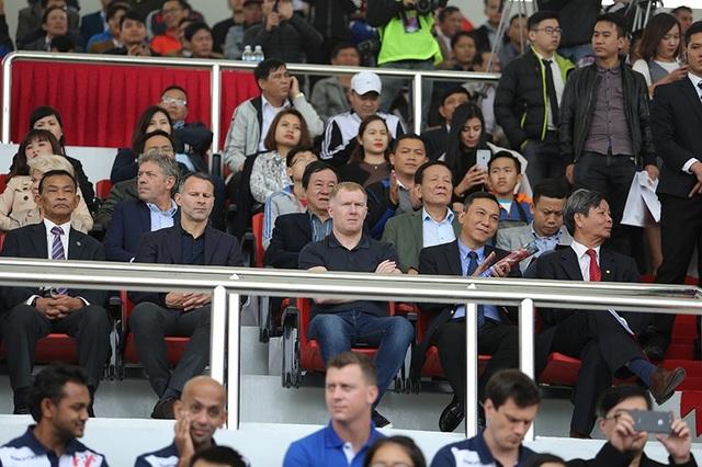 Giggs và Scholes ngồi trên khán đài xem trận đấu