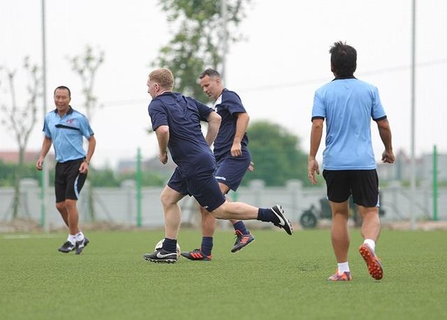 Giggs và Scholes đánh bại đội của HLV Hoàng Anh Tuấn, Việt Thắng - 12