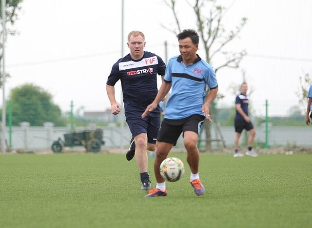 Giggs và Scholes đánh bại đội của HLV Hoàng Anh Tuấn, Việt Thắng - 10
