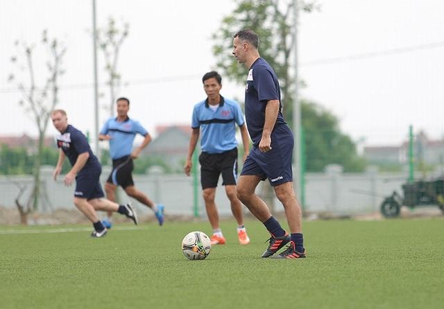 Giggs và Scholes đánh bại đội của HLV Hoàng Anh Tuấn, Việt Thắng - 9