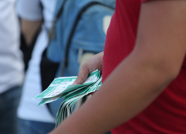 Các phe vé ôm cả xập vé ế trên tay
