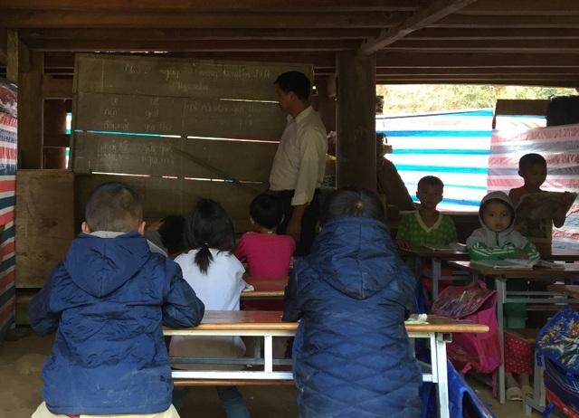 """Bản Ruộng có 16 em học sinh Tiểu học và 13 học sinh Mầm non, có một số cháu nhỏ không thể đến lớp sau khi trường bị lũ tàn phá. Để tiện cho việc dạy học, các thầy giáo đã dùng bạt ngăn thành """"3 phòng"""" học. Một phòng cho học sinh lớp 1, 2; một phòng dành cho lớp 3, 4, 5 và một phòng dành cho học sinh Mầm non."""