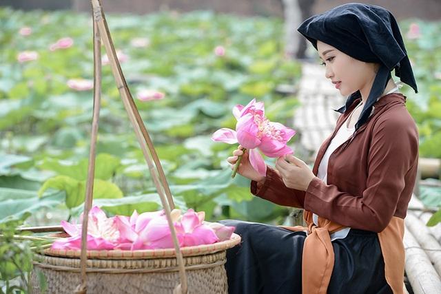 Thu Hiền tái hiện hình ảnh của người phụ nữ Việt Nam trong xã hội cũ với trang phục trên người là chiếc áo tứ thân, kết hợp với váy đụp và khăn mỏ quạ màu đen.