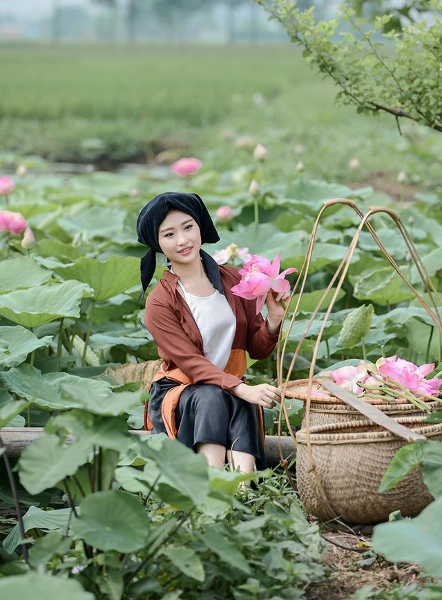 Với hoa sen, Thu Hiền vào vai một người phụ nữ Việt Nam xưa. Cô cho rằng hình tượng con người này rất phù hợp với hoa sen.