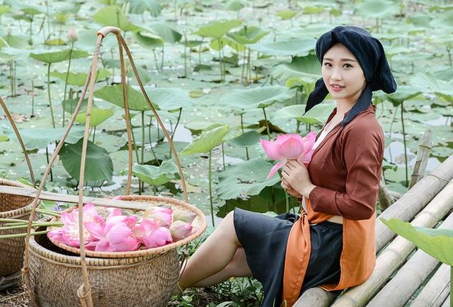 Hiện nay, Thu Hiền đã chụp được bộ ảnh với hoa sen, hoa phượng, hoa loa kèn.