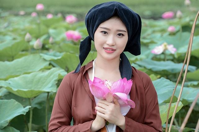 Nguyễn Thu Hiền, sinh năm 1993, đang công tác tại Bảo hiểm Quân đội. Thu Hiền không phải là một người mẫu nhưng cô đam mê vẻ đẹp của nghệ thuật, đặc biệt là vẻ đẹp của các mùa hoa Hà Nội qua ống kính của các nhiếp ảnh gia.
